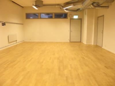 Lilla studion: 6 x 9 m. Vita väggar. Inga fönster. Inga speglar. Flyttbart piano.