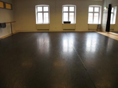 Mellanstudion: 10 x 10,5 m. (cirka 15 dansare). Speglar.